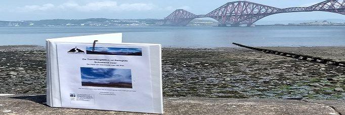 TravellingWell Reisgids op muurtje voor Firth of Forth Bridge Pol